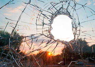 透明LED显示屏如何在玻璃栈道中实现碎裂特效